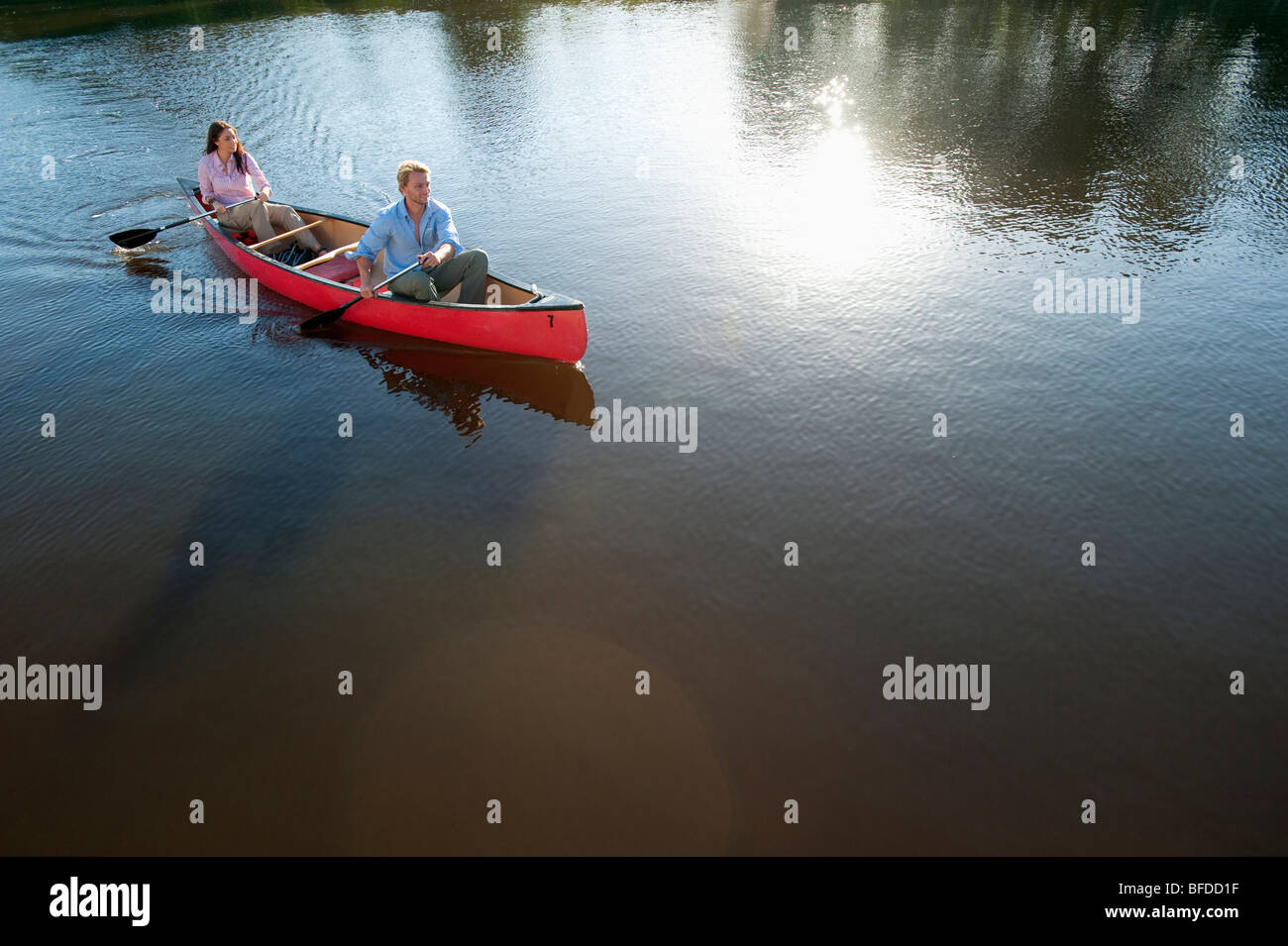 A couple paddles a canoe in Everglades National Park, Florida. - Stock Image