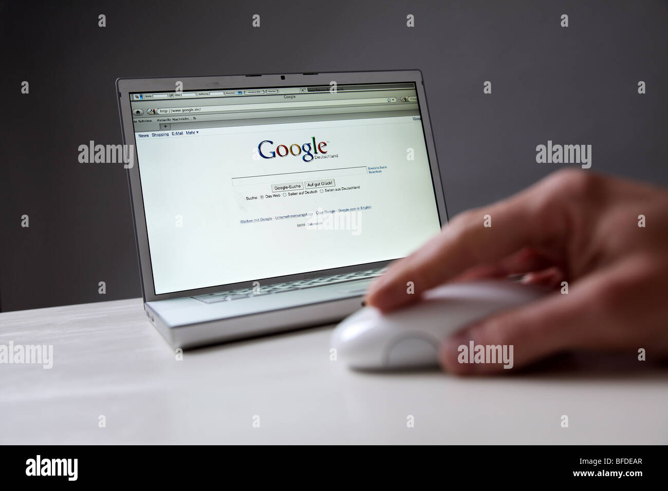 Person using the Internet search engine Google at the notebook - Stock Image