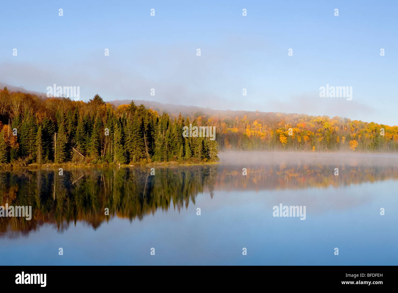 Morning mist over Brewer Lake, Algonquin Provincial Park, Ontario, Canada - Stock Image