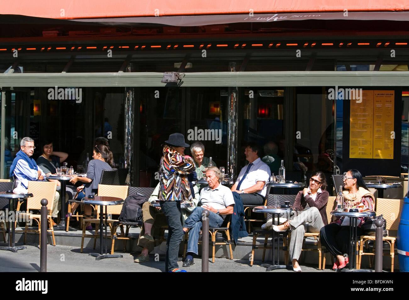 Sidewalk cafe in Paris, France. - Stock Image