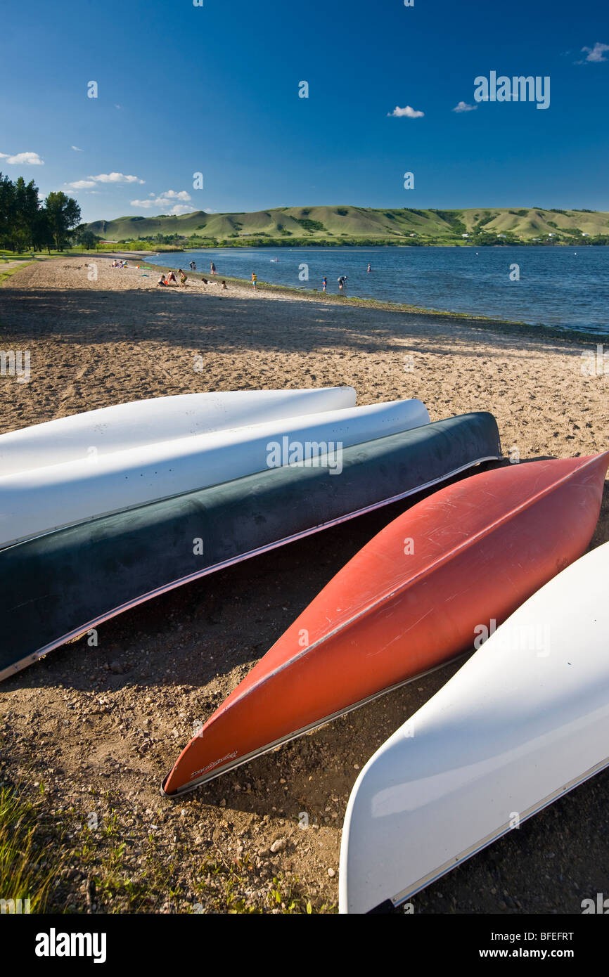 Canoes on the sandy beach of Echo Lake in Echo Valley Provincial Park, Qu'Appelle Valley, Saskatchewan, Canada - Stock Image