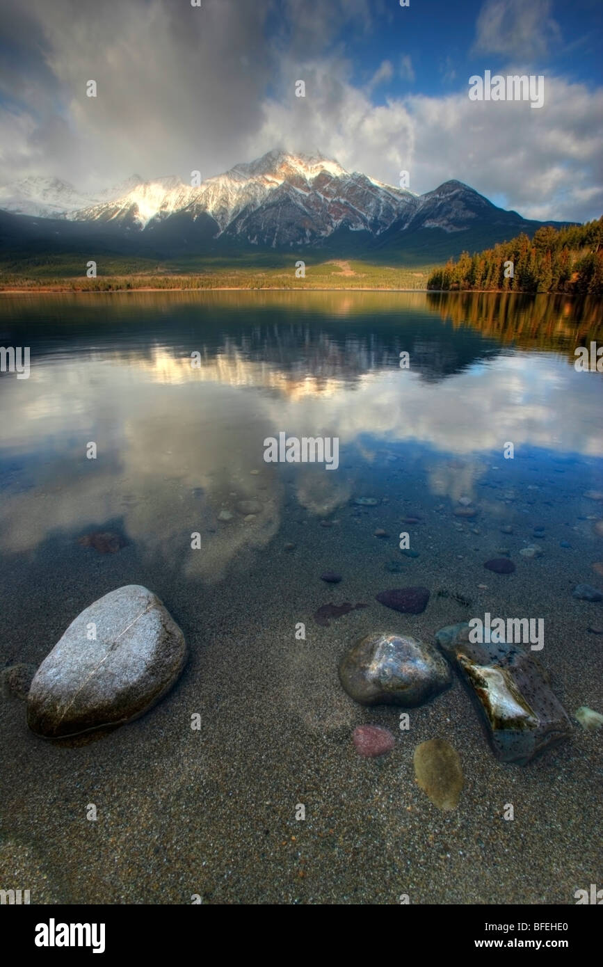 Sunrise over Pyramid Lake, Jasper National Park, Alberta, Canada - Stock Image