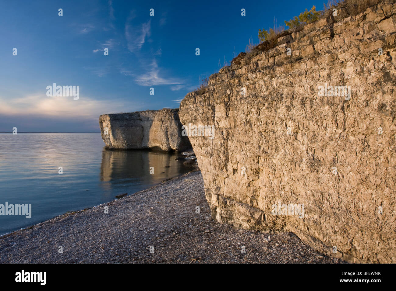 Cliffs and pebble beach on the shore of Lake Manitoba at Steep Rock in Manitoba, Canada - Stock Image