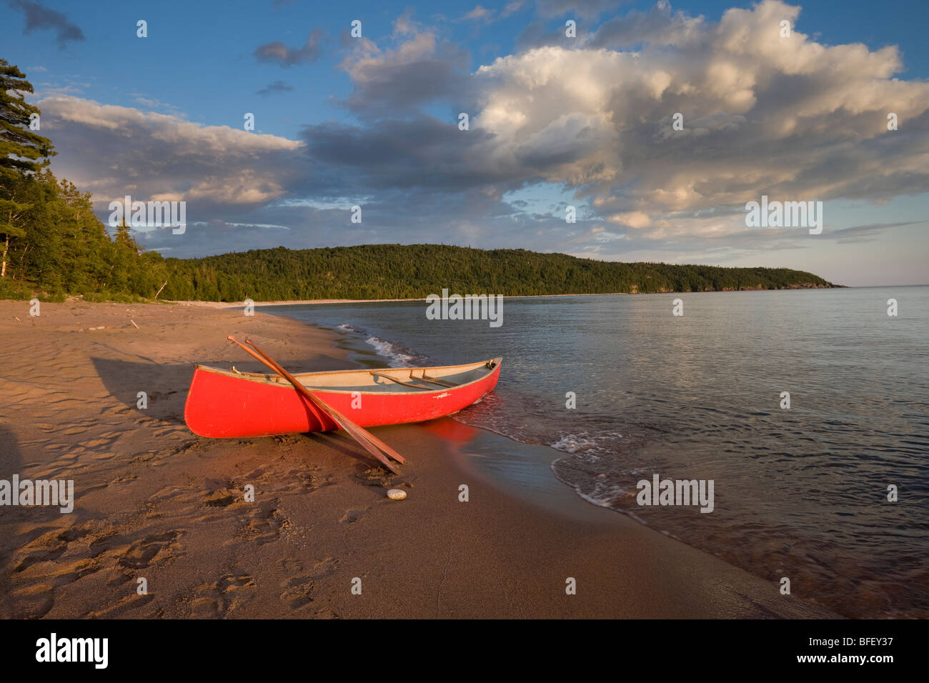 Red canoe on sandy beach of Gargantua Bay in Gargantua Harbour on Lake Superior in Lake Superior Provincial Park - Stock Image