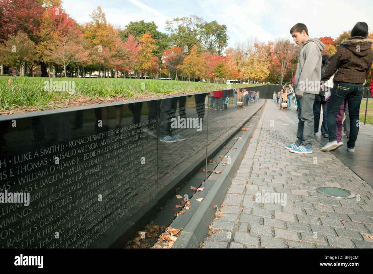 Children Reading The Names On The Memorial Wall At The Vietnam Stock Photo Alamy