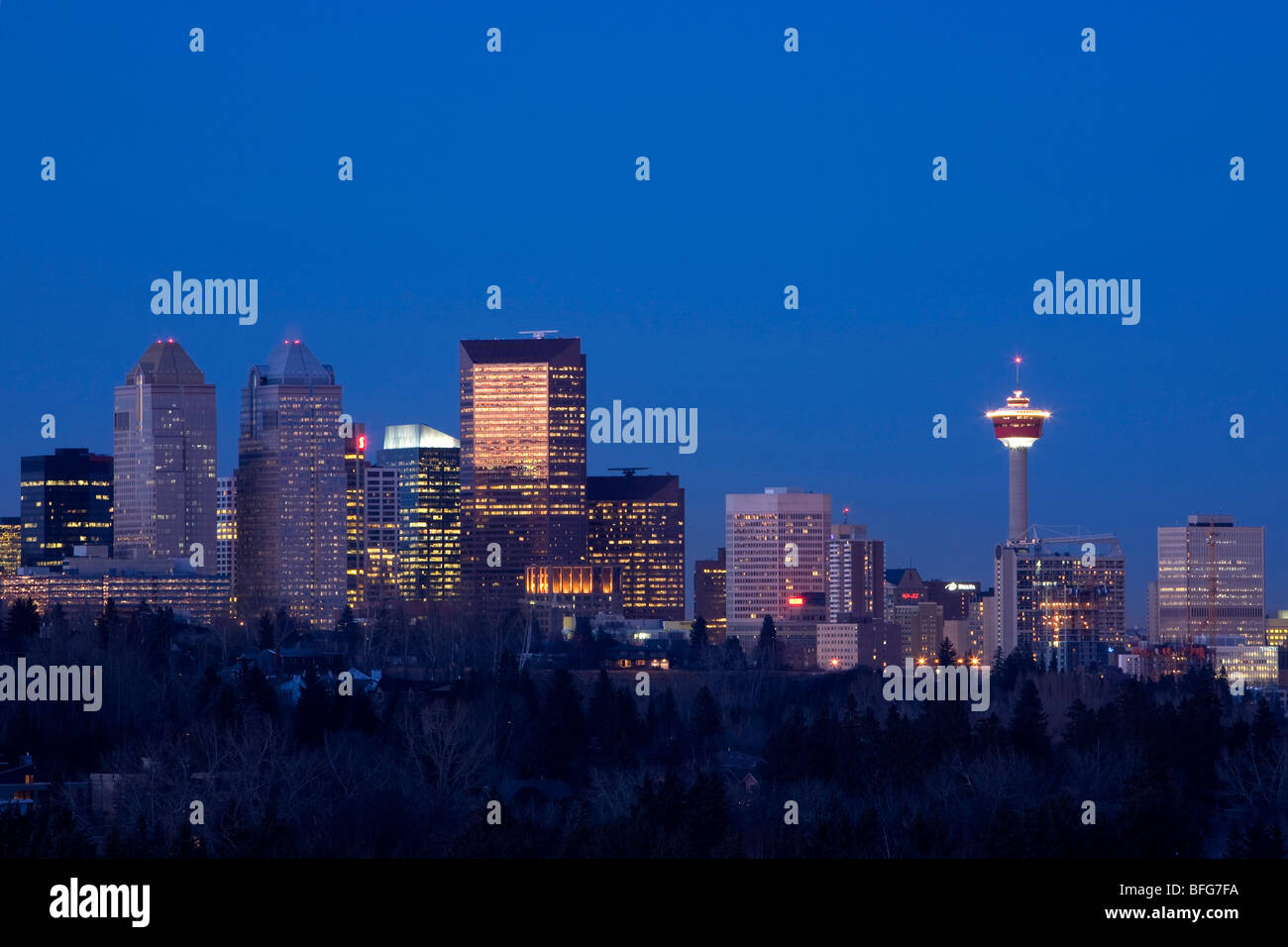 Skyline of Calgary, Alberta looking north with a view of the Calgary Tower on a clear night - Stock Image