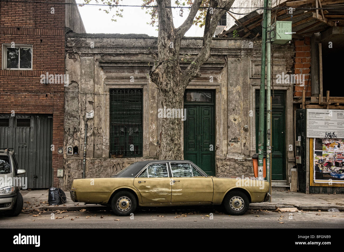 Old car parked in front of decrepit building, Buenos Aires, Argentina - Stock Image
