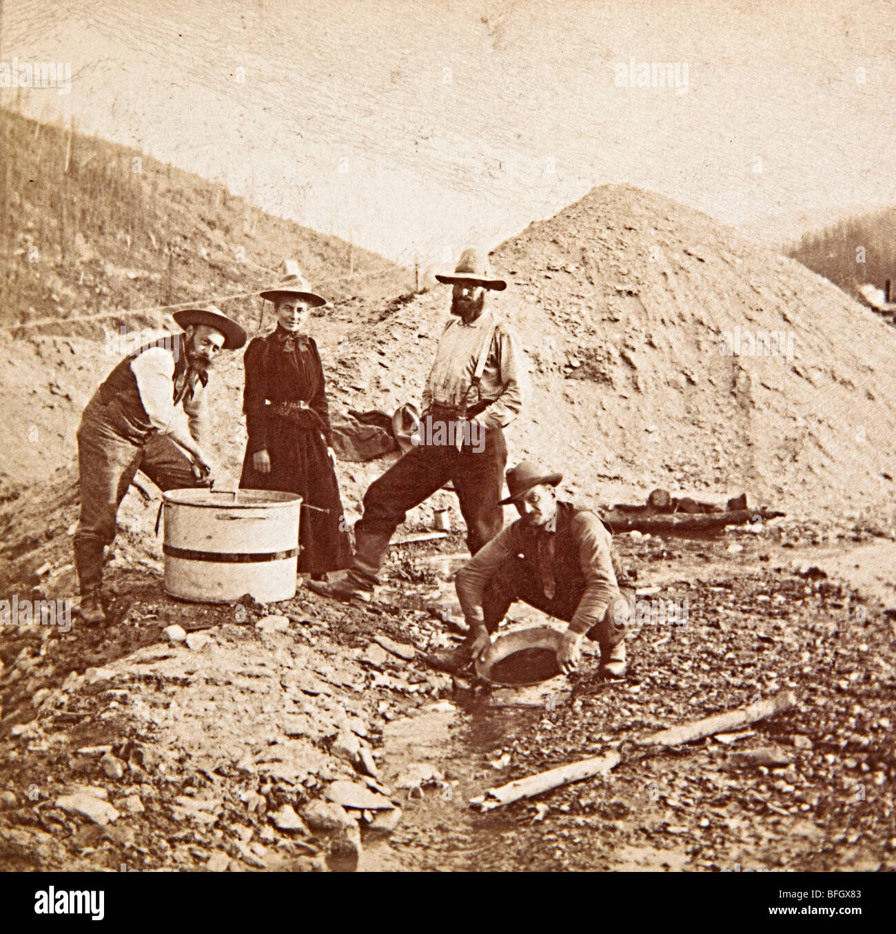 Original photograph of one woman and three men panning for gold in the Klondike in 1899 Alaska USA - Stock Image
