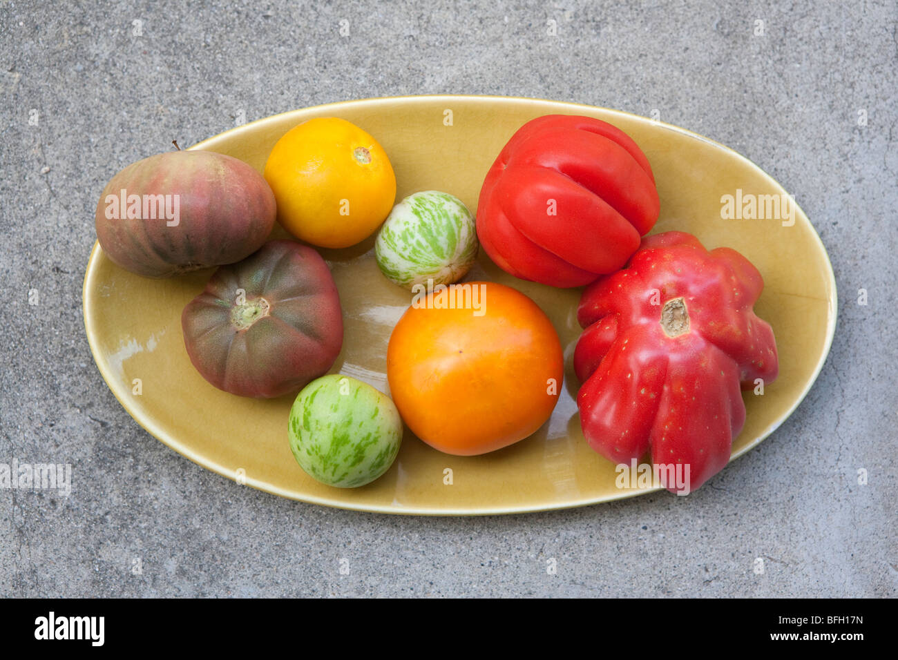 Heirloom tomatoes on Russel Wright oval plate - Stock Image