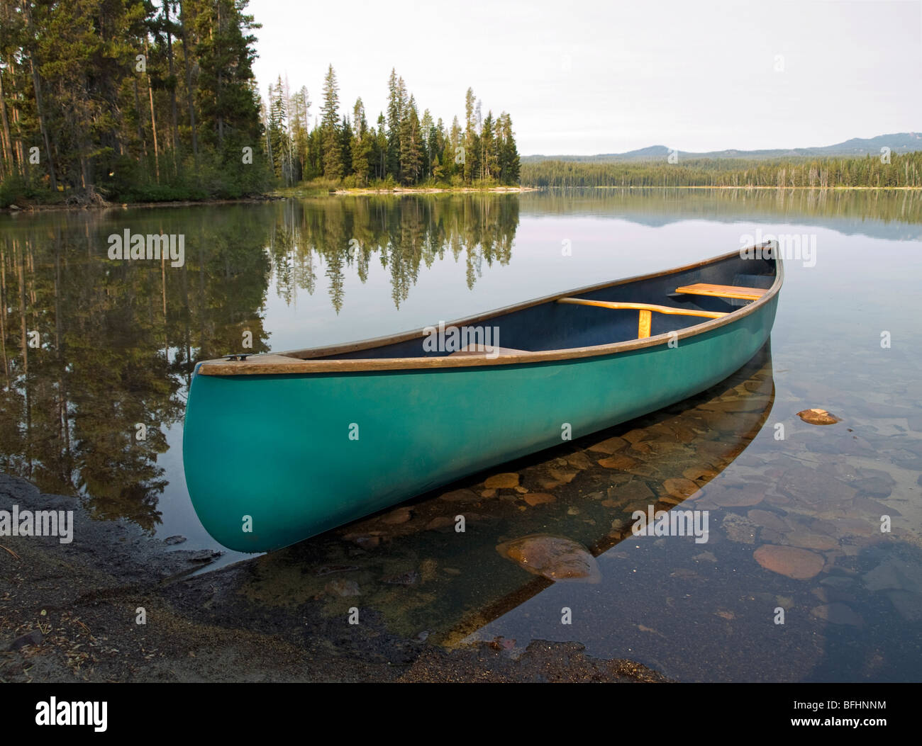 Canoe on a mountain lake in the Oregon Cascade Mountains along the Cascade Lakes Highway - Stock Image
