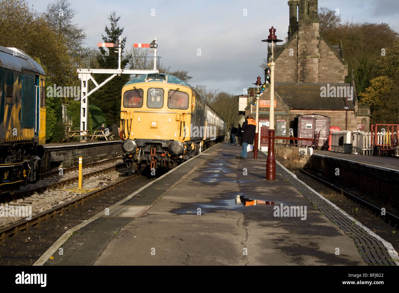 Class 33 diesel locomotive preparing to leave Cheddleton station - Stock Image