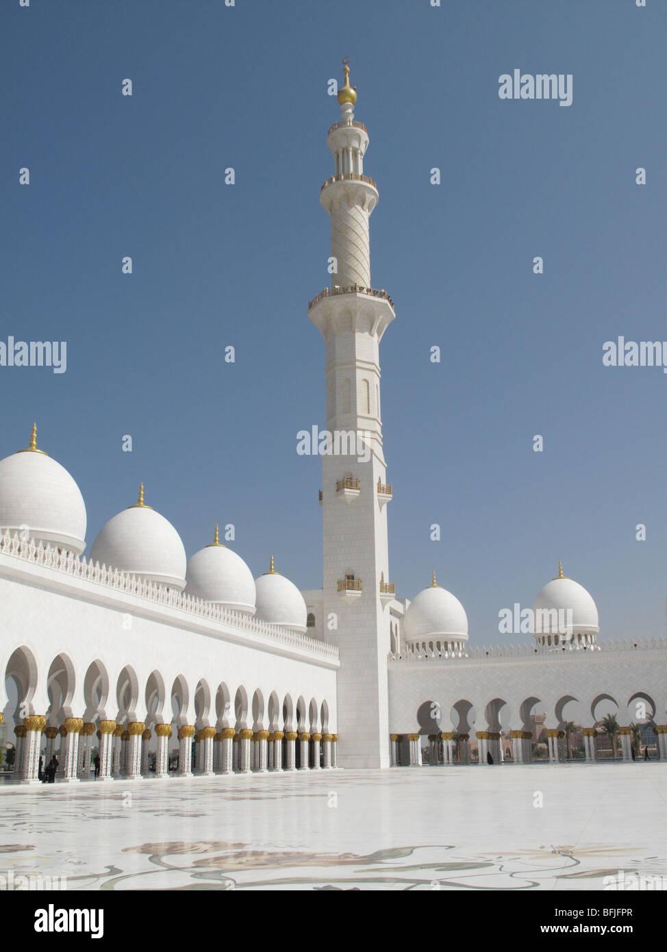 Minarett, dome and walkway at Sheikh Zayed Bin Sultan Al Nahyan Mosque, Abu Dhabi - Stock Image