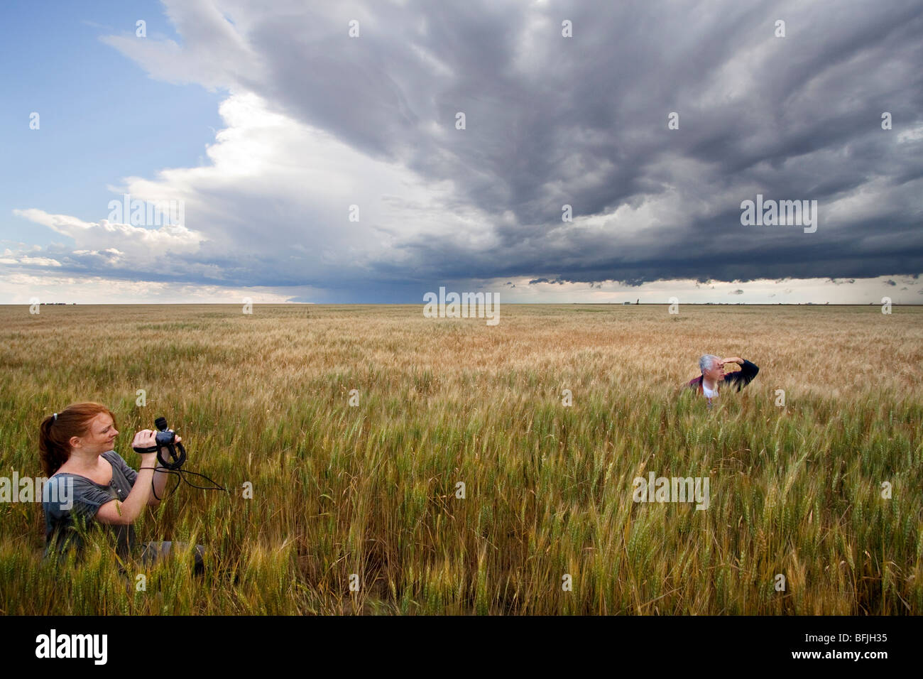 Storm chaser Tim Marshall (right) and a journalist (left) in a prairie field in western Kansas, USA, June 10, 2009. - Stock Image