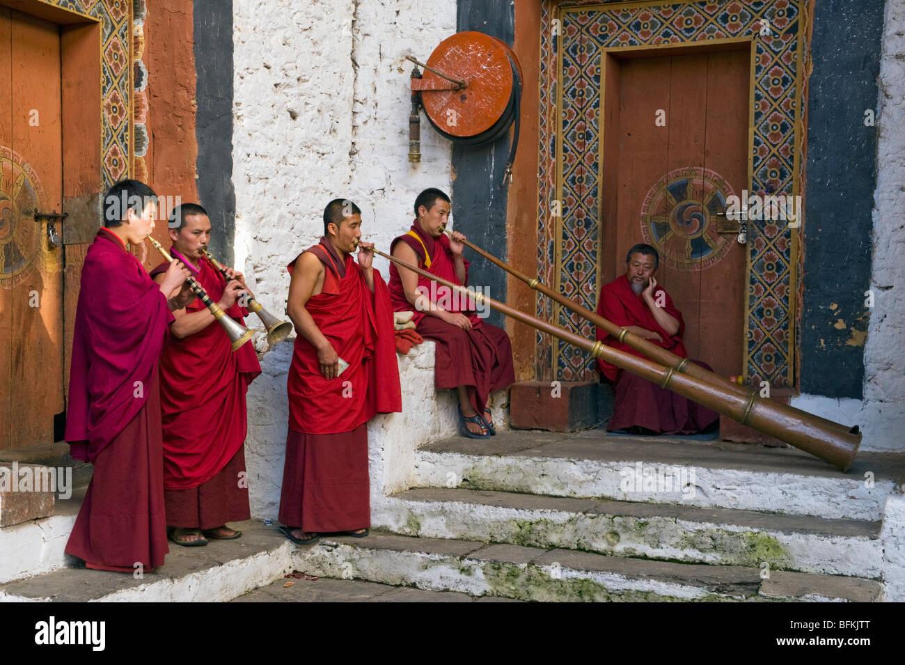 Monks play horns, Trongsa Dzong, BHUTAN - Stock Image