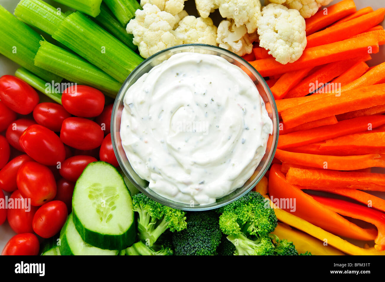 Platter of assorted fresh vegetables with dip - Stock Image