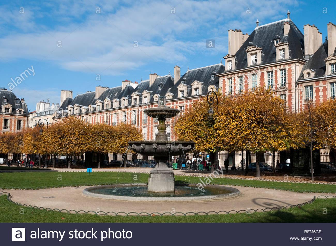 Fountain in Place des Vosges, Le Marais, Paris, France - Stock Image