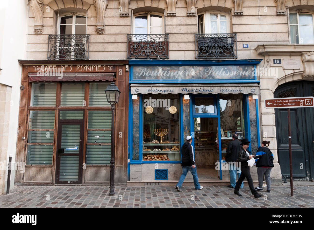 Boulangerie and patisserie in the Rue des Rosiers, the Jewish district in Le Marais, Paris - Stock Image