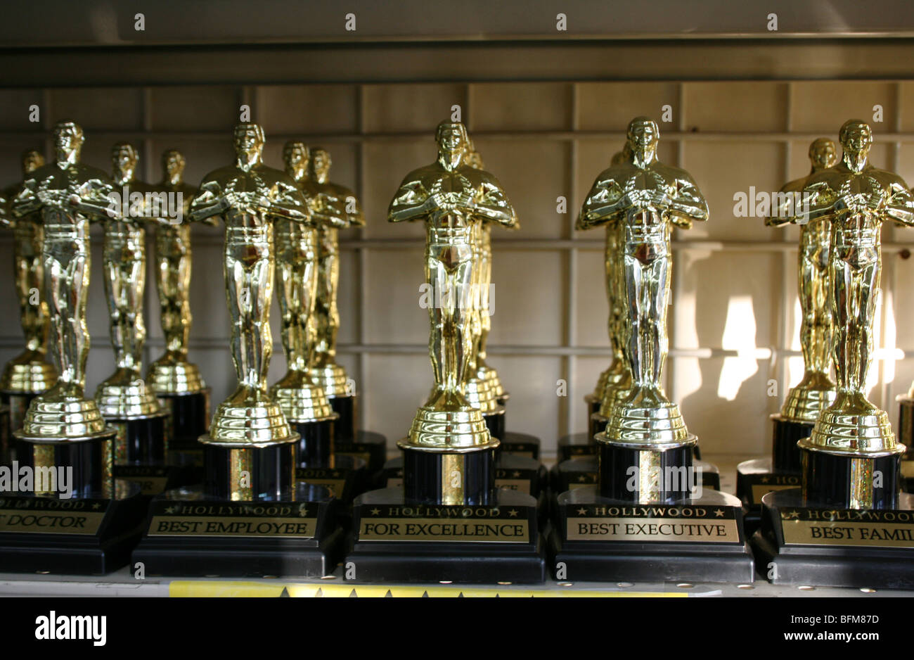 plastic Oscar trophy statue statuettes for sale in Hollywood California - Stock Image