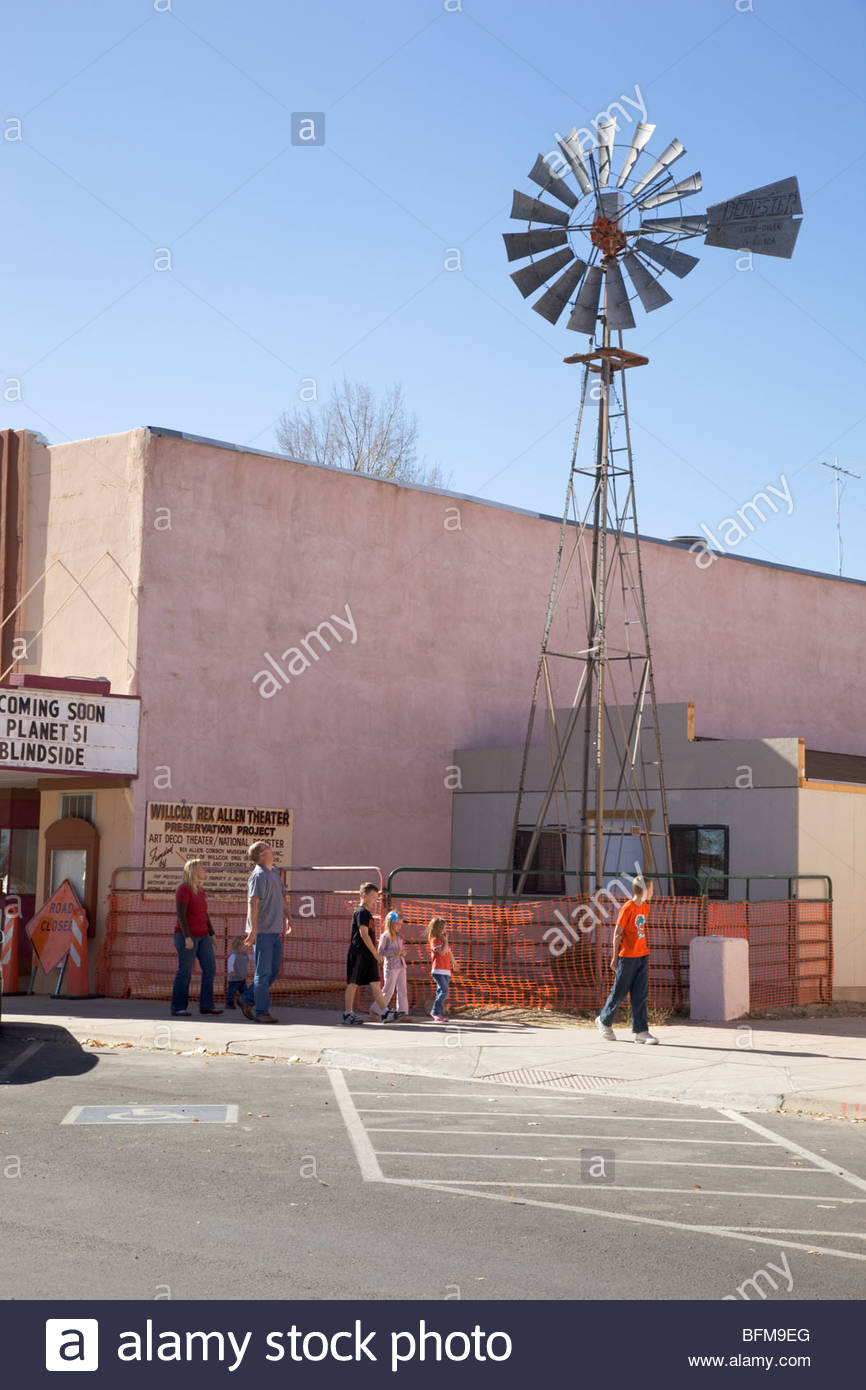 Family looking at old windmill Railroad Avenue Willcox Arizona parents 5 children - Stock Image