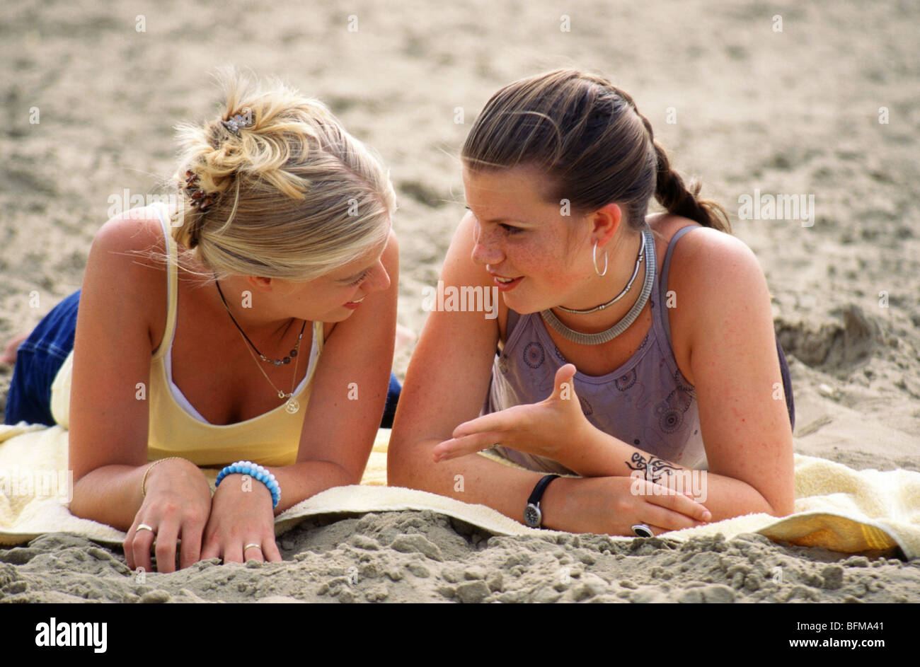 Young friends on beach - SerieCVS100018082 Stock Photo