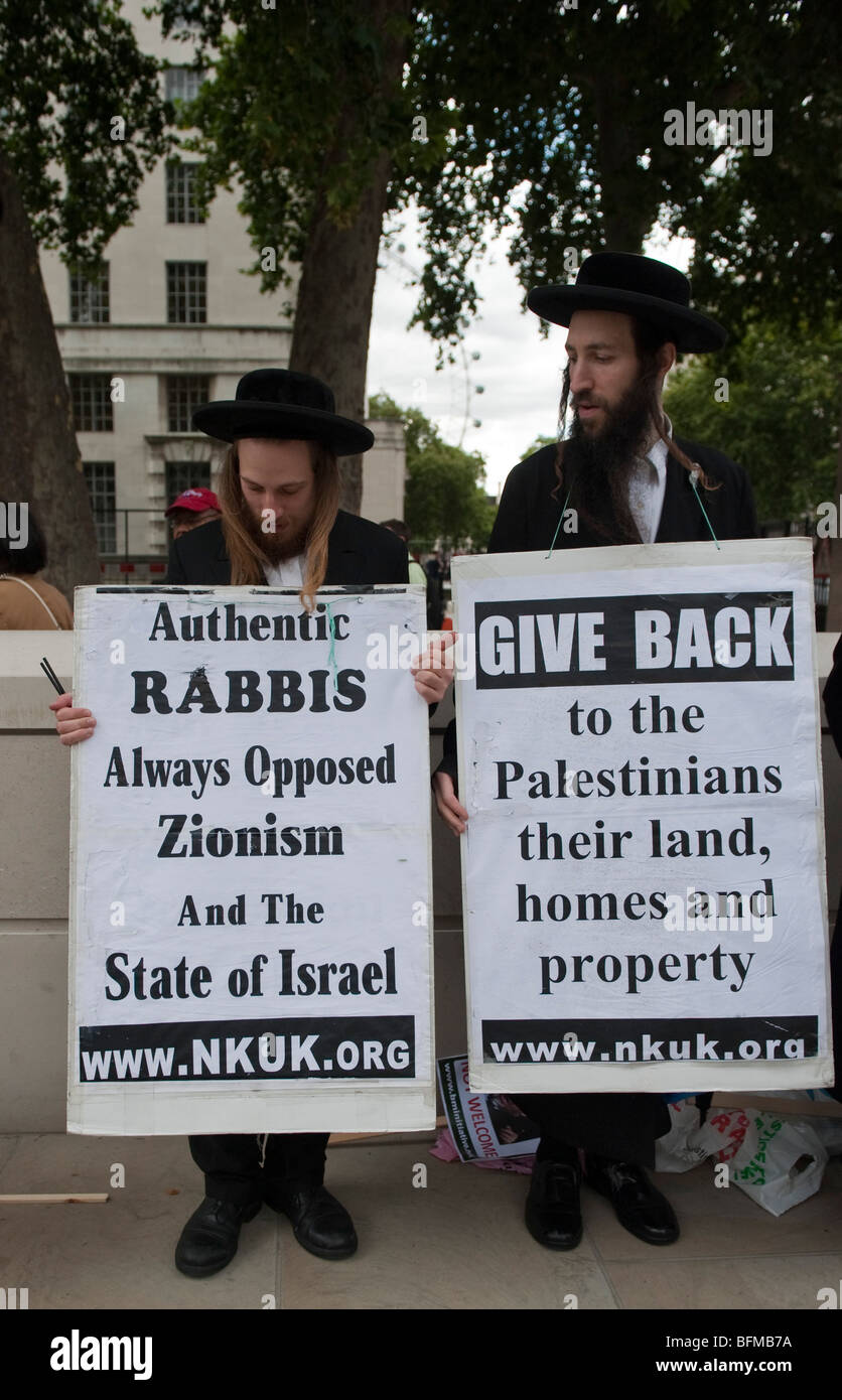 Rabbis against zionism protest outside n10 Downing Street during the visit of Israeli Prime Minister  Benjamin  - Stock Image