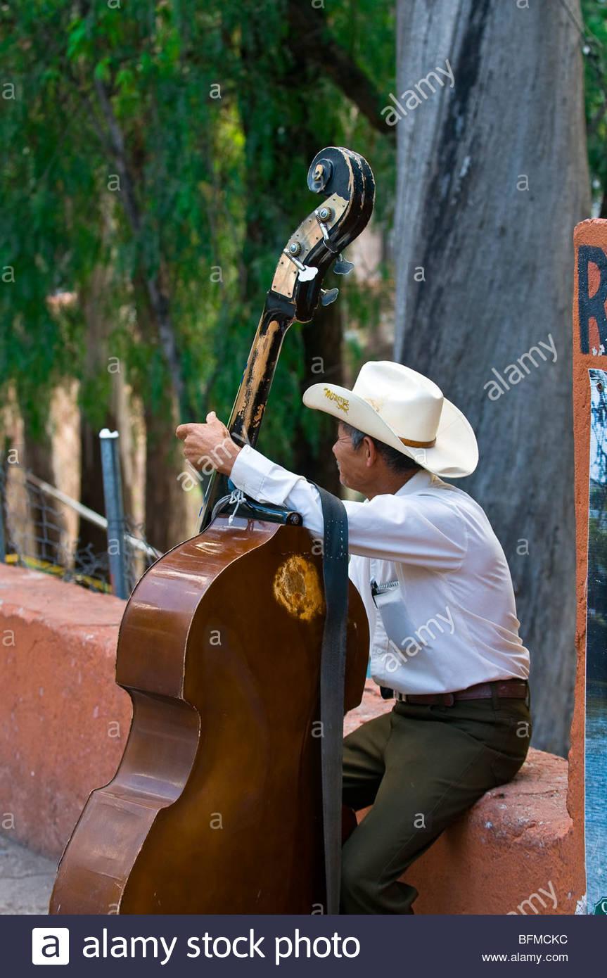 Man playing a bass, Parque de las Acacias, Guanajuato, Mexico - Stock Image