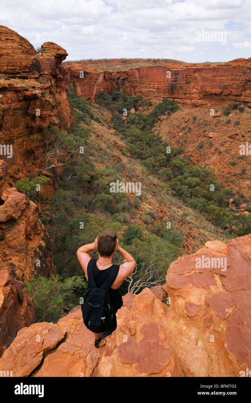 Australia, Northern Territory, Watarrka (Kings Canyon) National Park. A man looks out over Kings Canyon. (MR) (PR) - Stock Image
