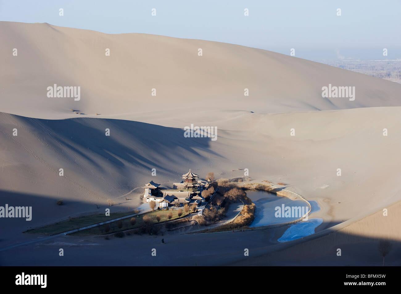China, Gansu Province, Dunghuang, Ming Sha sand dunes and pavilion at Crescent Moon Lake - Stock Image