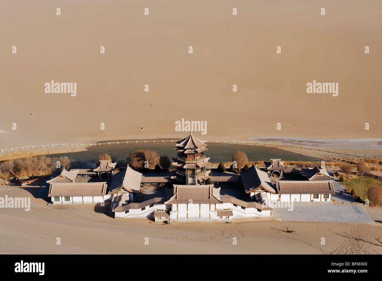 China, Gansu Province, Dunghuang, Ming Sha sand dunes and pavilion at Crescent Moon Lake - Stock Image