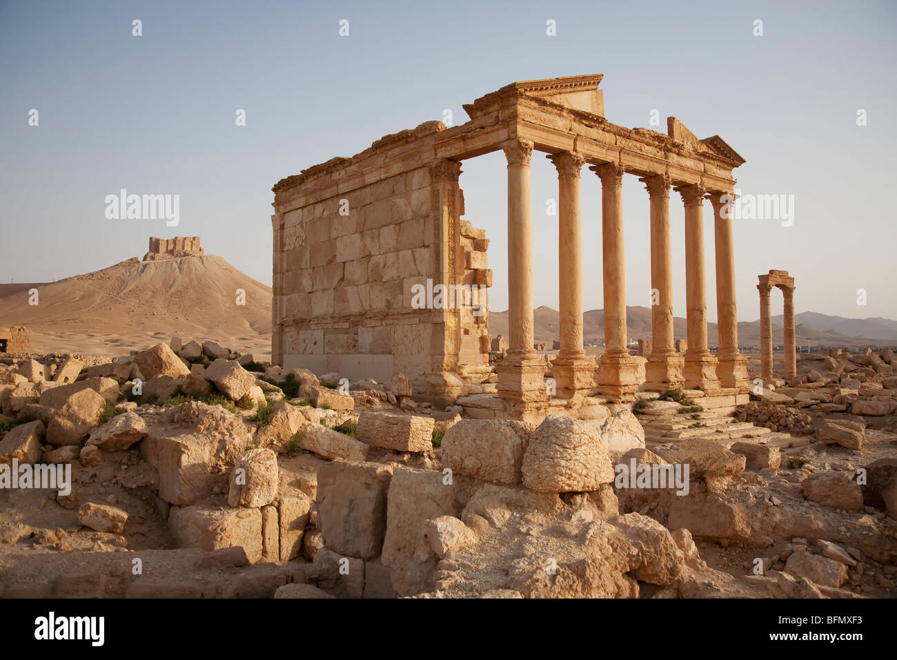 Syria, Palmyra. The treasury. Fallen columns litter the ground across the site of Queen Zenobia's ancient city - Stock Image