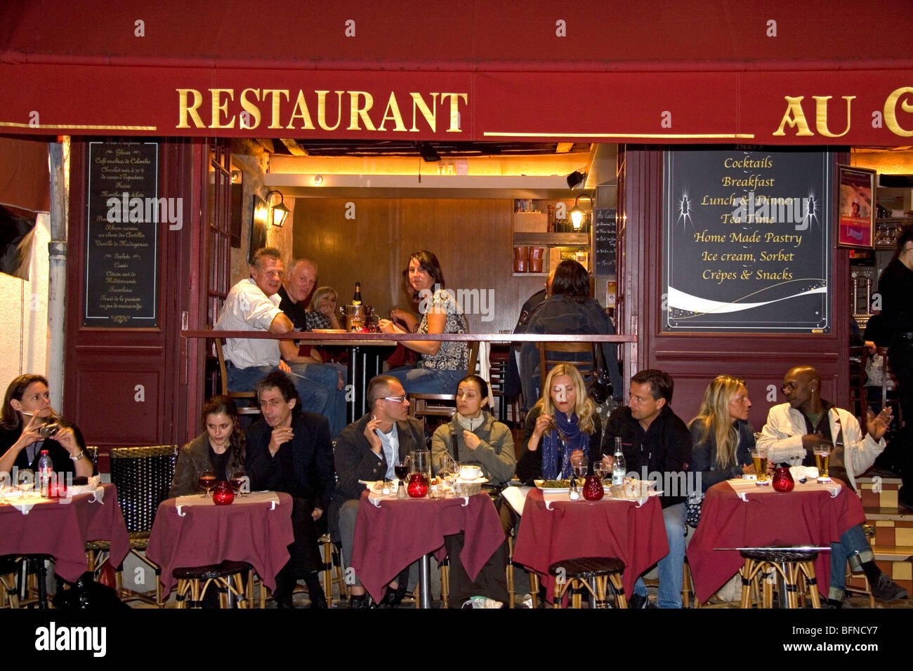 Restaurant exterior and nightlife in the Montmartre District of Paris, France. - Stock Image