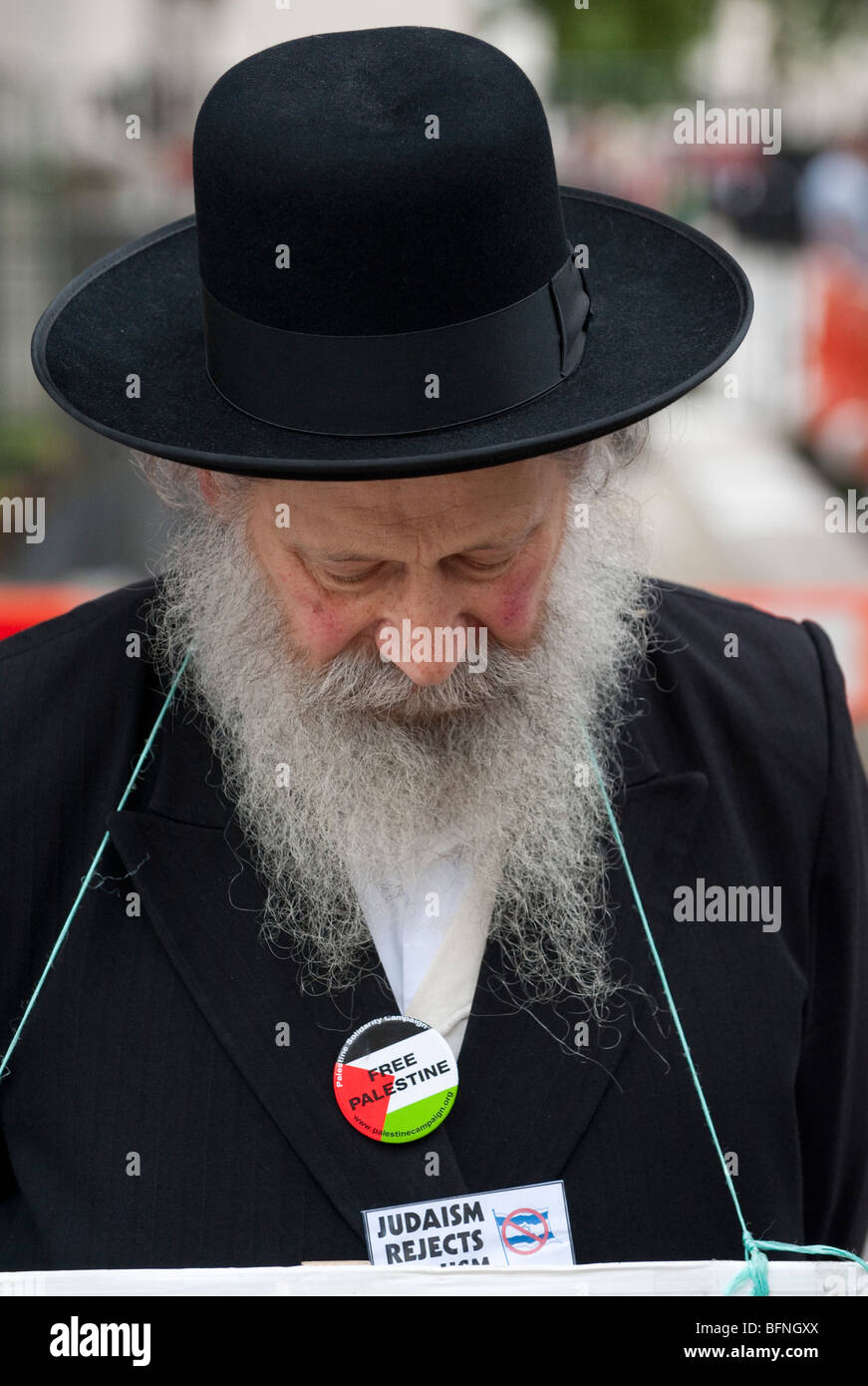 Rabbi against zionism protest outside n10 Downing Street during the visit of Israeli Prime Minister  Benjamin  Netanyahu - Stock Image