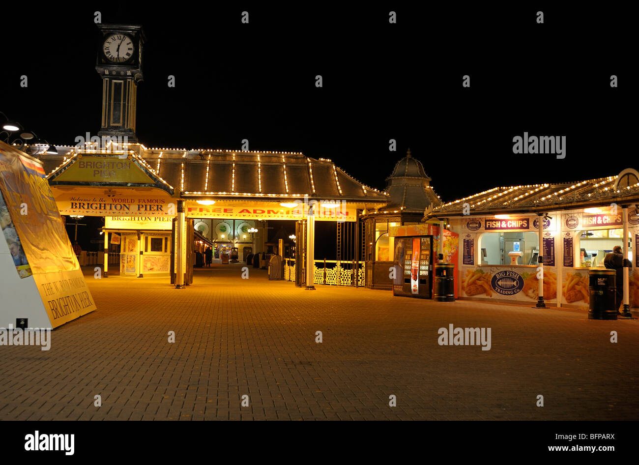 The entrance to Brighton pier at night - Stock Image