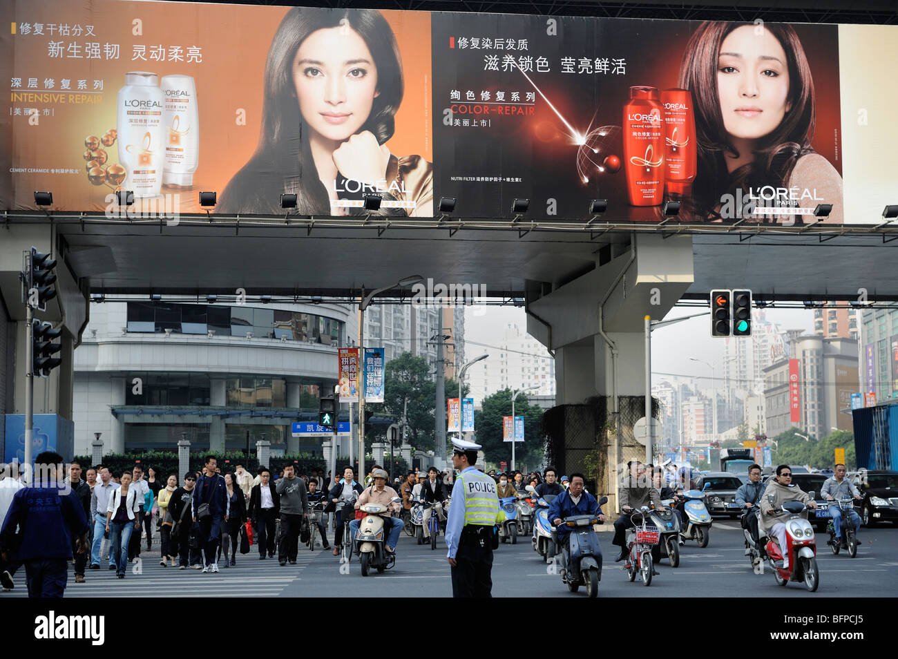 L'Oreal shampoo advertising in Shanghai, China.19-Oct-2009 - Stock Image
