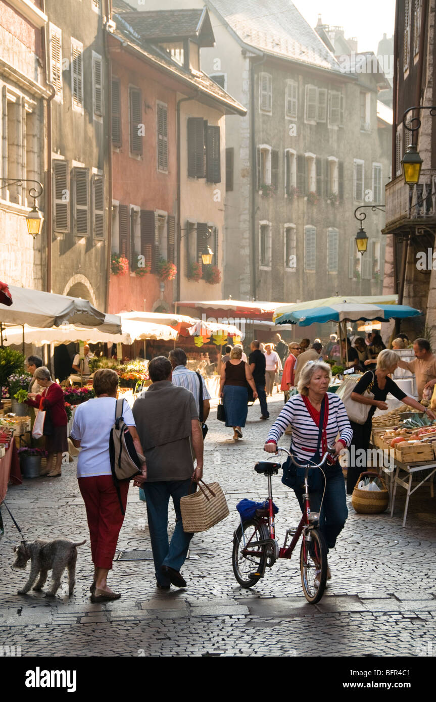 Shoppers at Early Morning Market in Annecy, Haute Savoie, Rhone Alpes, France - Stock Image