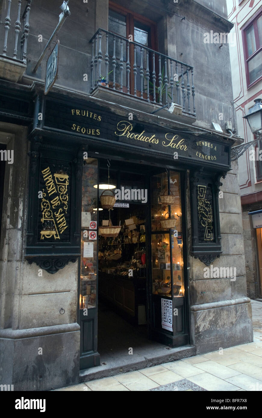 Traditional shop in Barcelona's Barri Gotic - Stock Image