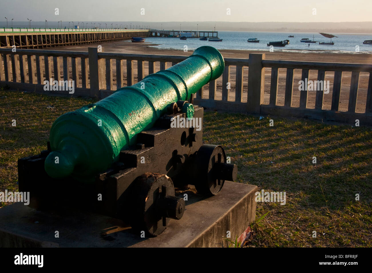 Canon overlooking the pier and harbour at Inhambane - a relic from Portugese colonial days - Stock Image