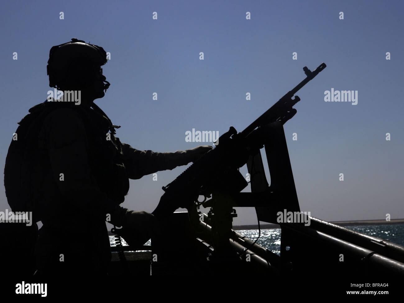 Information Systems Technician manning an M240 machine gun at Lake Quadsiyah near Haditha, Iraq. - Stock Image