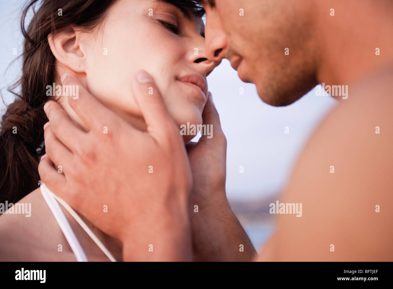 couple kissing on the beach - Stock Image