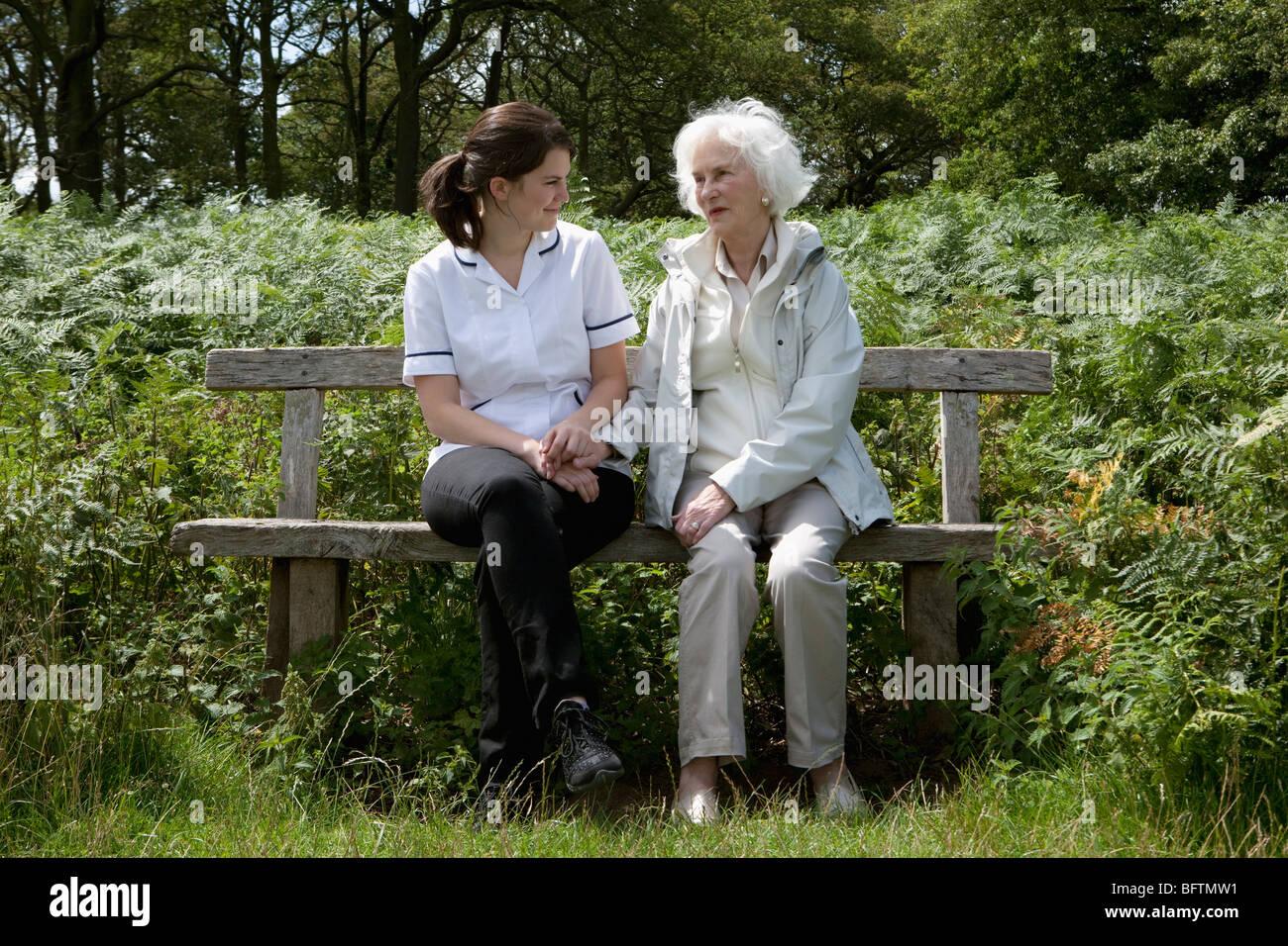 Nurse holding hand of elderly woman - Stock Image