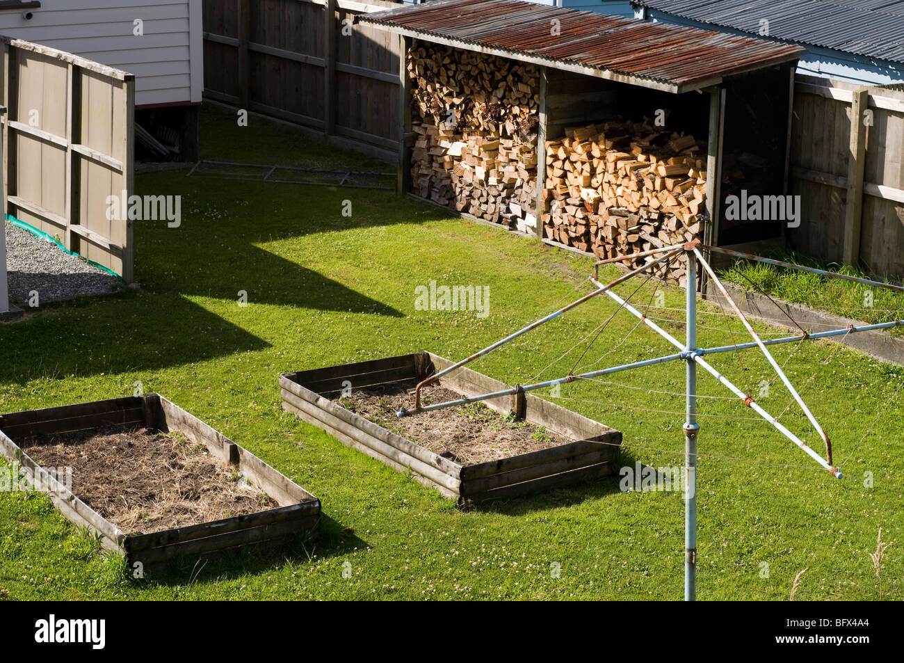 Tidy garden with empty planters and wood box - Stock Image