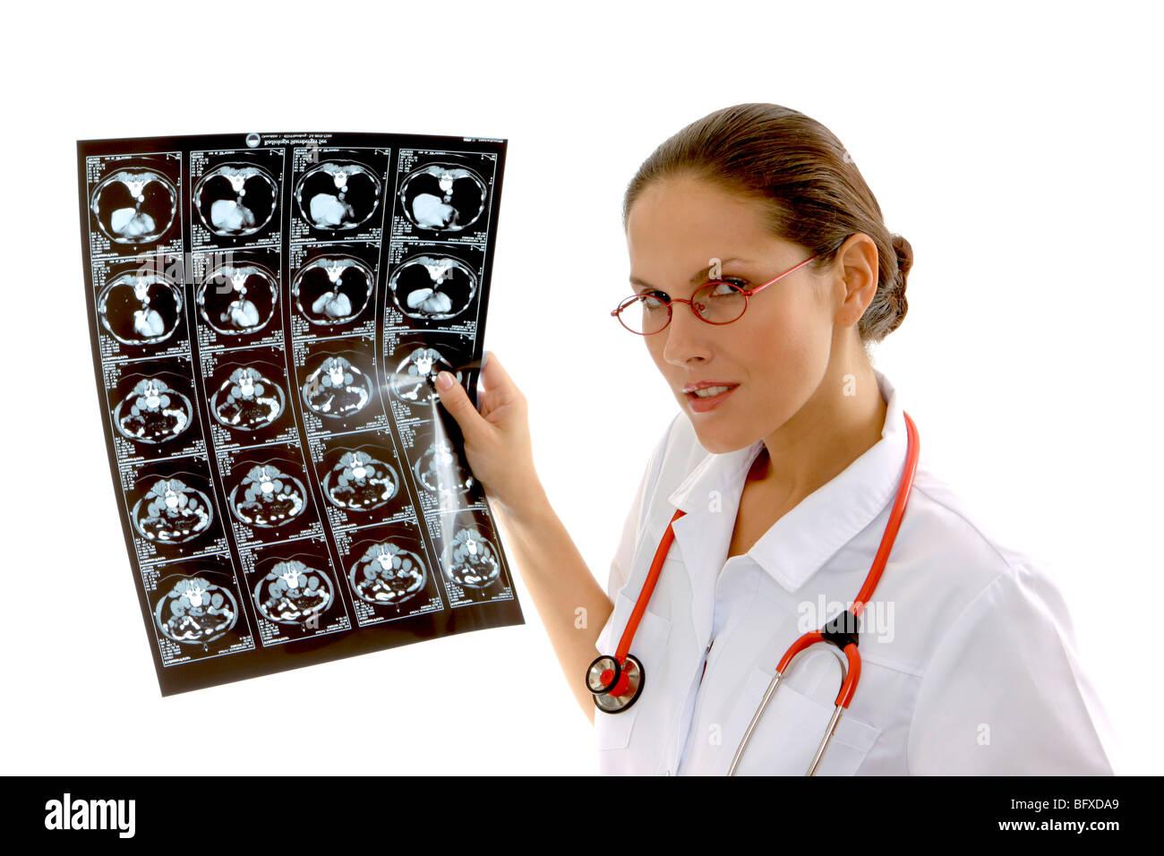 Ärztin mit einer Röntgenaufnahme, female doctor inspect radiograph - Stock Image