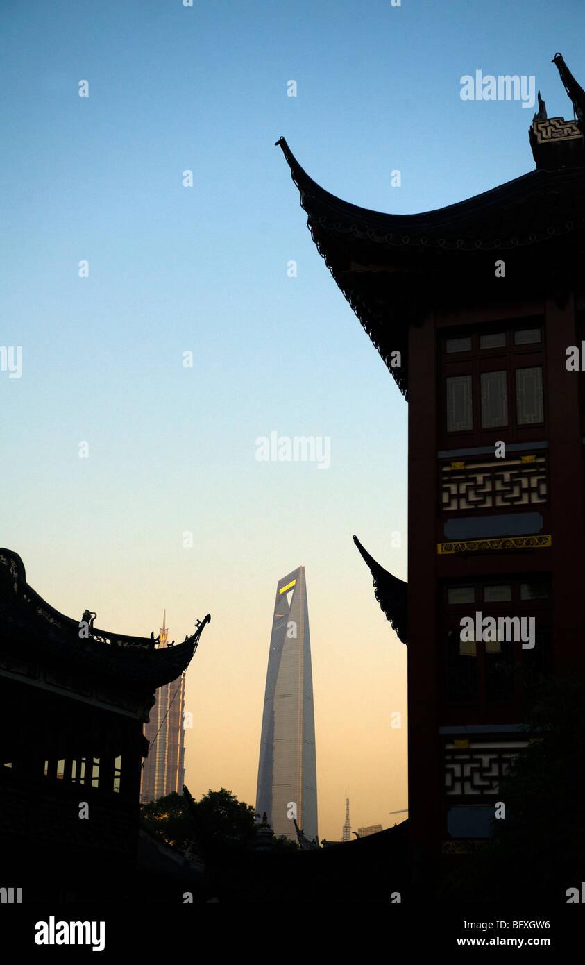 Nanshi district Yu Yuan Bazaar and Shanghai World Financial at sunset - Stock Image