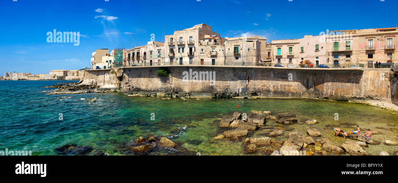 Town houses and sea wall, Syracuse ( Siracusa) , Sicily - Stock Image