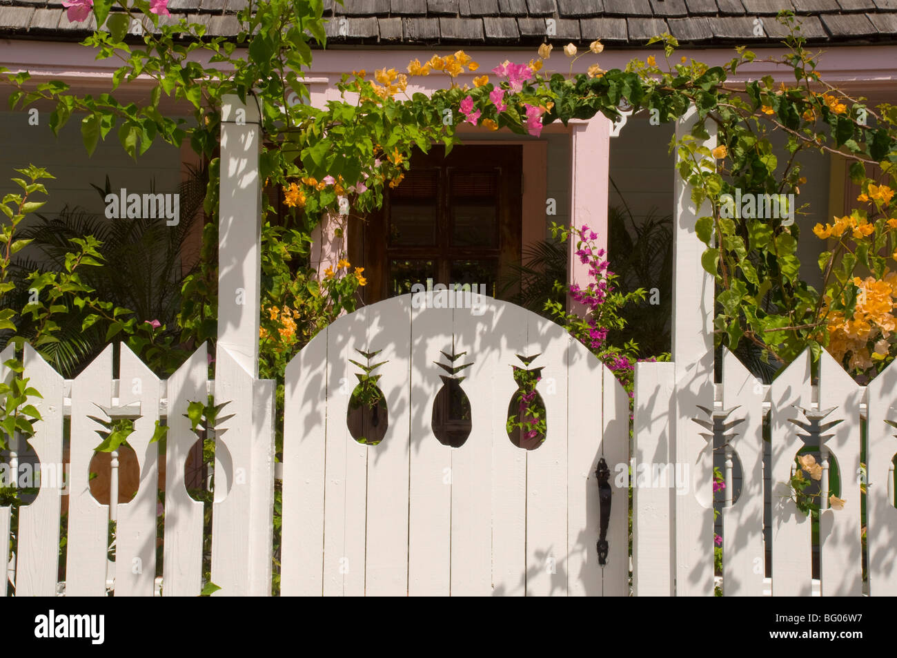 White picket fence with pineapple shaped cutouts,  traditional cottage, Dunmore Town, Harbour Island, The Bahamas, - Stock Image