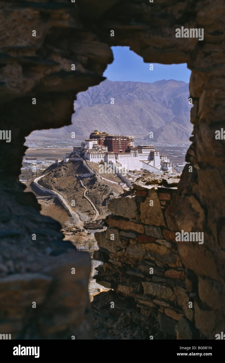 Potala Palace, UNESCO World Heritage Site, seen through ruined fort window, Lhasa, Tibet, China, Asia - Stock Image