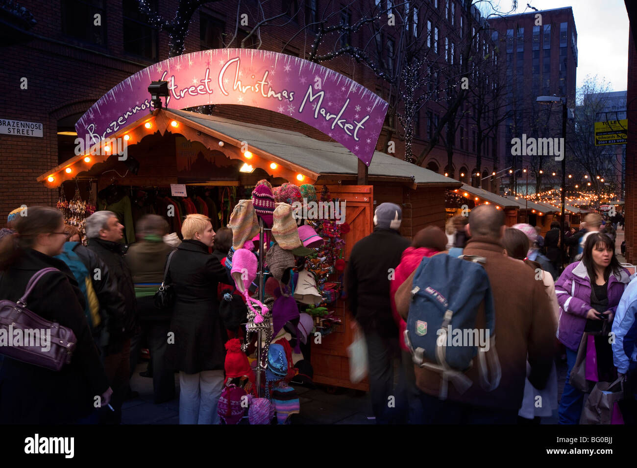 UK, England, Manchester, Albert Square, Brazennose Street, Christmas Market filled with crowds of shoppers - Stock Image