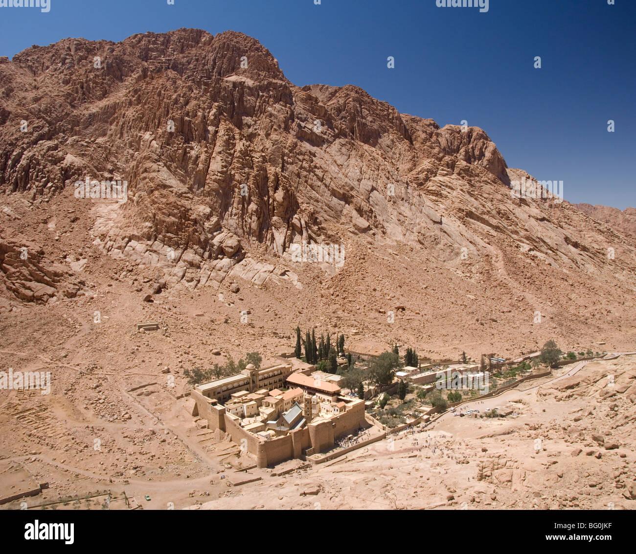 St. Catherine's Monastery, with shoulder of Mount Sinai behind, Sinai Peninsula Desert, Egypt, North Africa - Stock Image