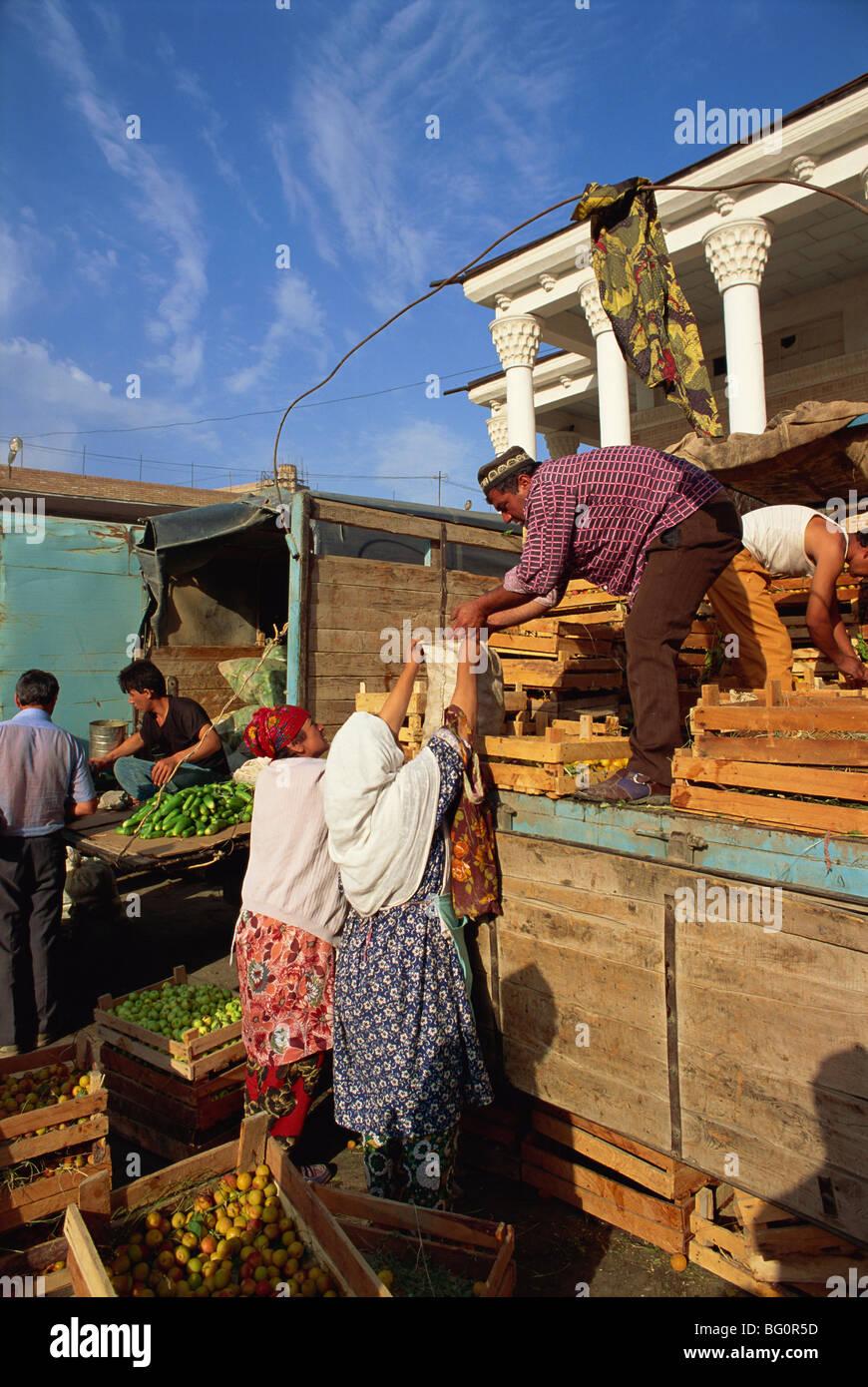 Unloading fruit in main food market, Samarkand, Uzbekistan, Central Asia, Asia - Stock Image