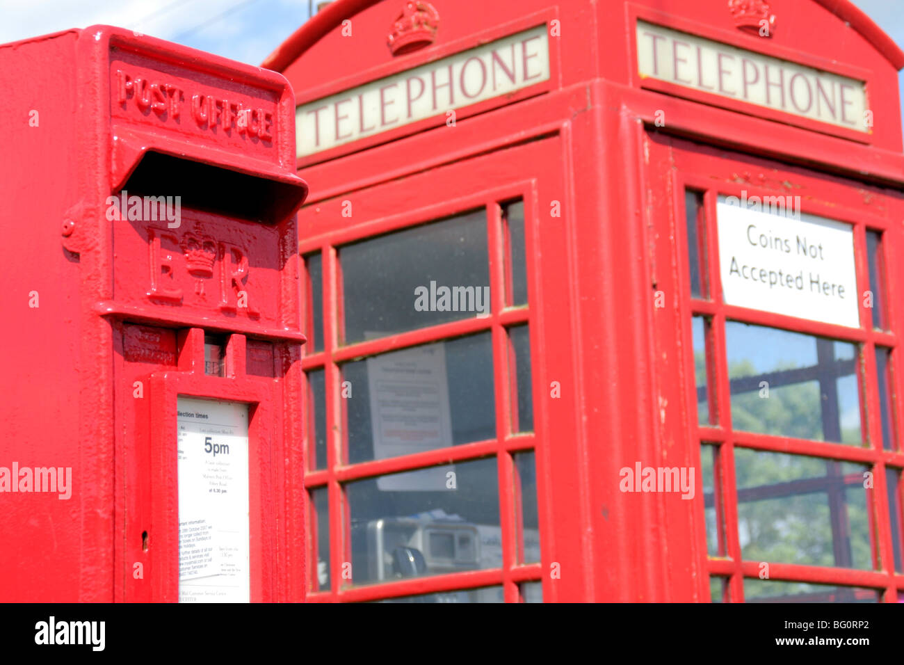 Post box and telephone kiosk in Worcestershire, UK - Stock Image